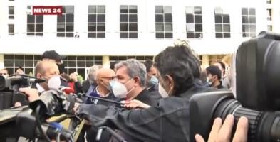 Calabria zona rossa, Spirlì contestato mentre parla ai manifestanti davanti alla Regione