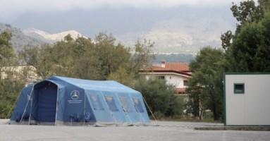 La tenda della protezione civile nell'area mercatale