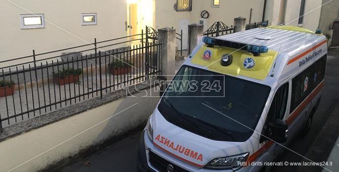 Ambulanza davanti alla residenza per anziani di Laino Borgo