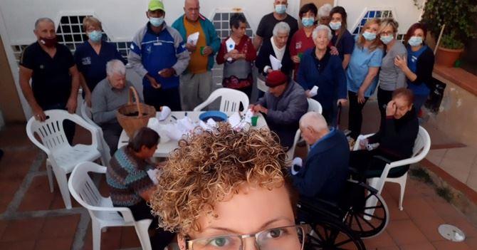 Anziani ed operatori durante la castagnata