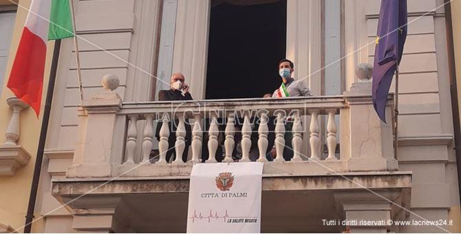 Giuseppe Ranuccio e don Silvio Mesiti sul balcone del municipio