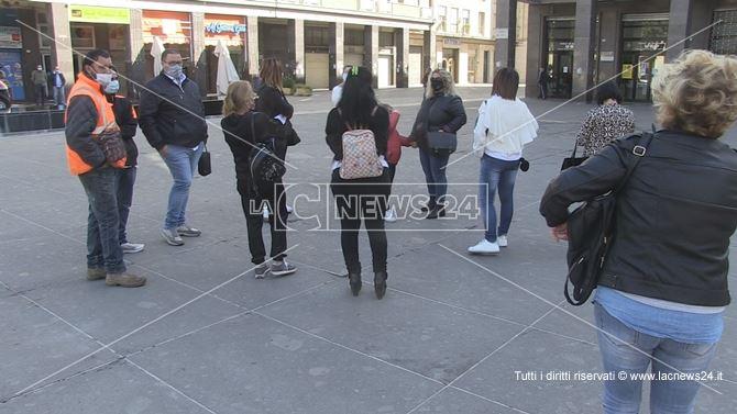 gentiroi in protesta davanti Palazzo dei Bruzi