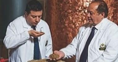 Da sinistra Nuccio Caffo con il padre Pippo, l'erede del re dei distillati nominato commissario della Camera di Commercio di Vibo Valentia