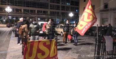 I manifestanti in piazza Prefettura