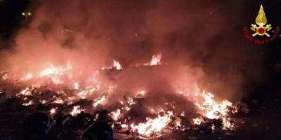 Incendio alle porte di Vibo Valentia, a fuoco cumuli di rifiuti