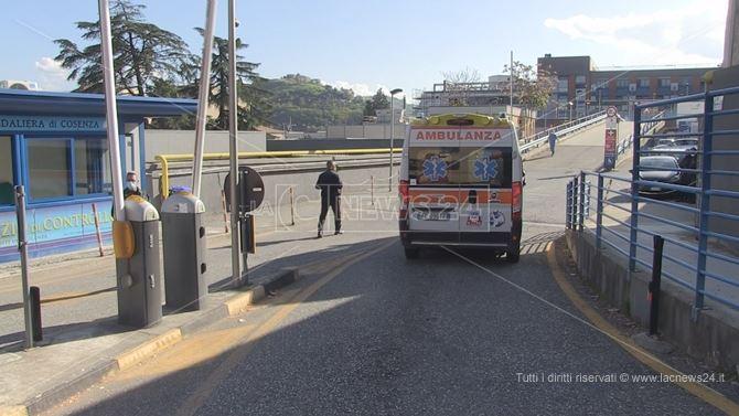 Ambulanza all'ingresso del pronto soccorso di Cosenza