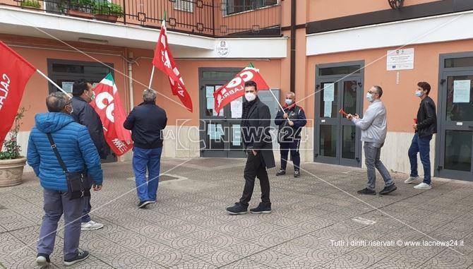 Lavoratori in sit-in davanti il Comune di Bisignano