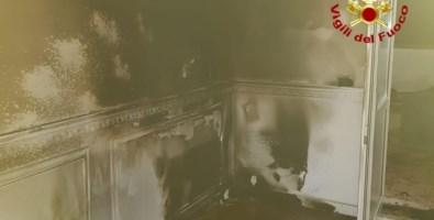 Gli interni dell'appartamento andato a fuoco