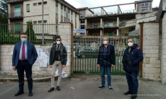 I quattro sindaci davanti all'ospedale di Soriano