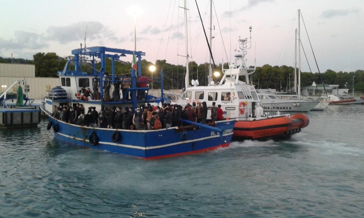 La barca giunta nel porto di Roccella