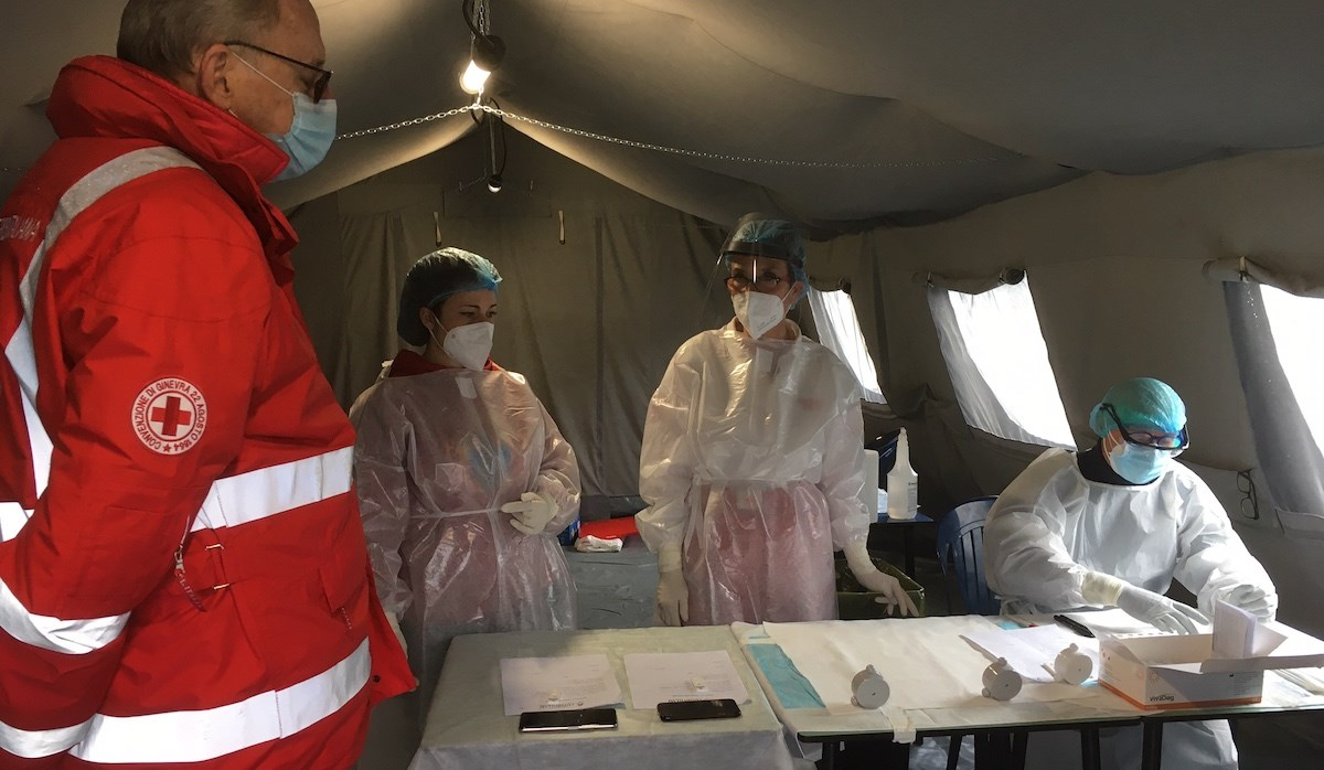 Personale della Croce Rossa al lavoro per lo screening sulla popolazione