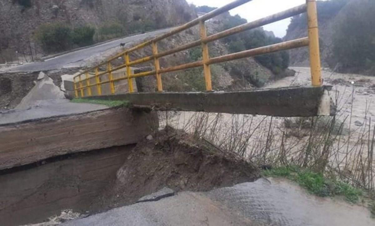 Il ponte crollato (ansa)