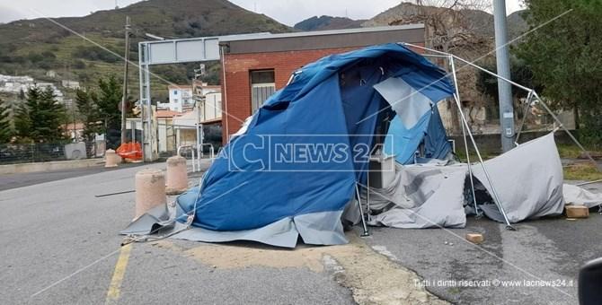 La tenda pre triage ridotta a brandelli