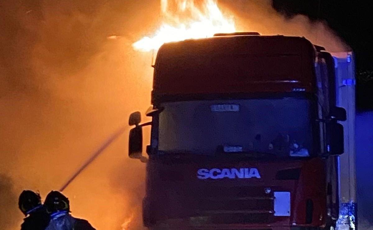 Autoarticolato in fiamme