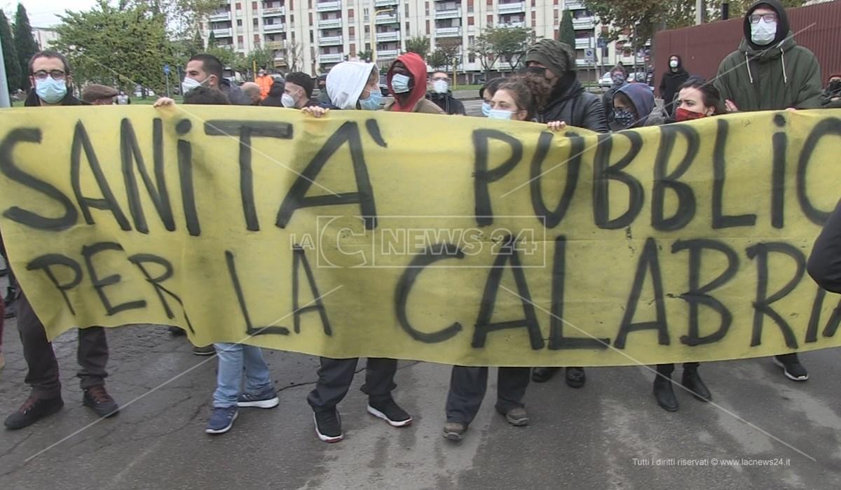 I collettivi in protesta a Cosenza davanti l'ospedale da campo in allestimento a Vaglio Lise