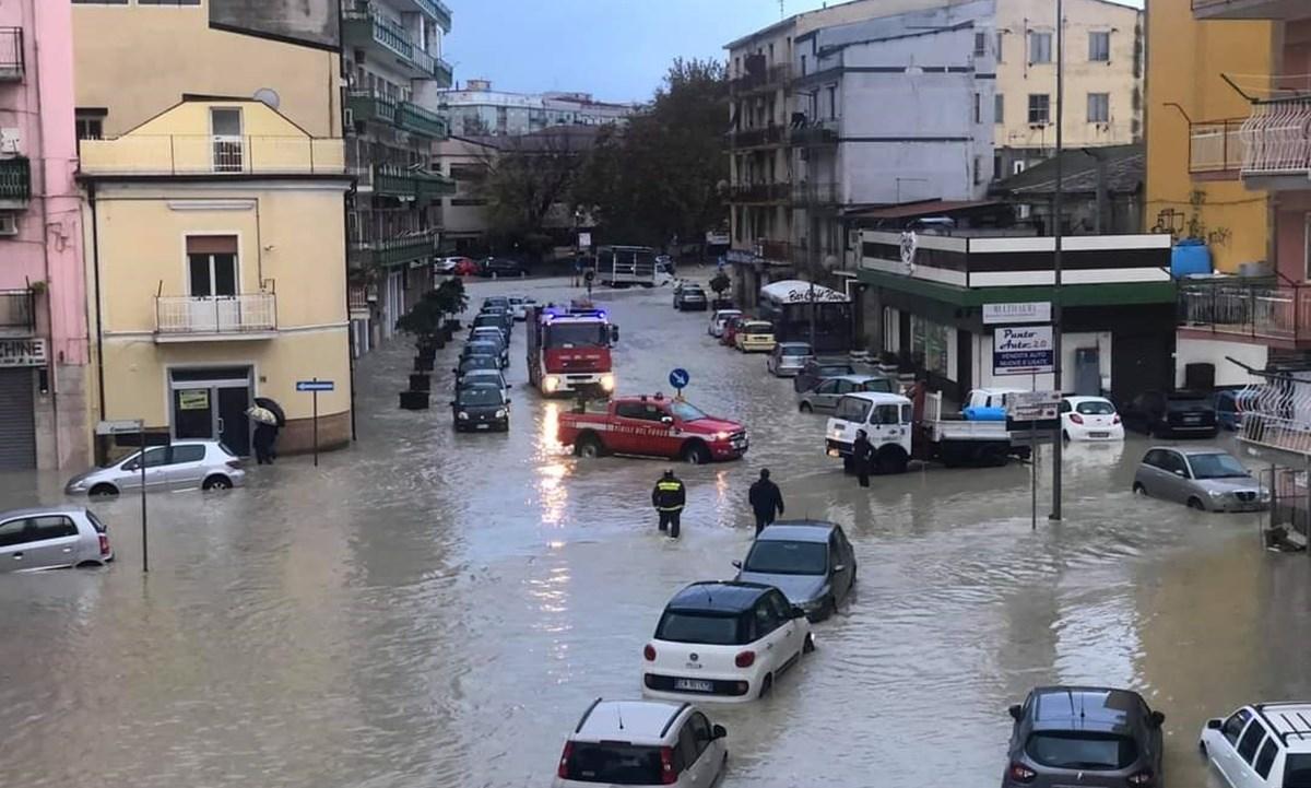Vigili del fuoco a lavoro nel primo giorno dell'alluvione