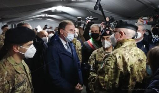 Il ministro Boccia all'interno dell'ospedale da campo a Cosenza