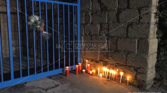Femminicidio nel Catanzarese, nastri rossi e candele per Loredana: video