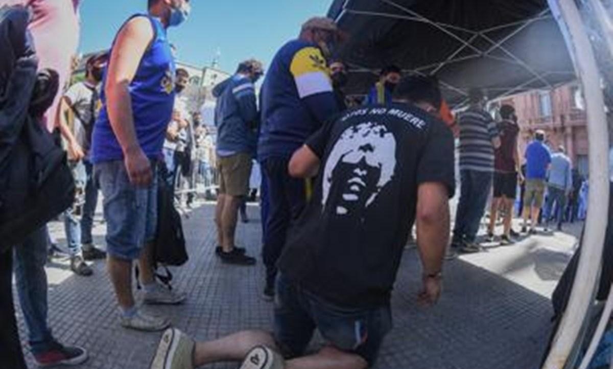 La folla in fila per dare l'ultimo saluto a Maradona