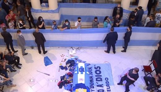 Folla per l'ultimo saluto a Maradona