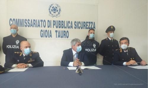 La conferenza stampa in commissariato a Gioia Tauro il giorno degli arresti