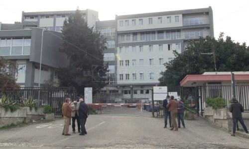 Ospedale Tropea, ex medici e cittadini in piazza: «No al centro Covid»