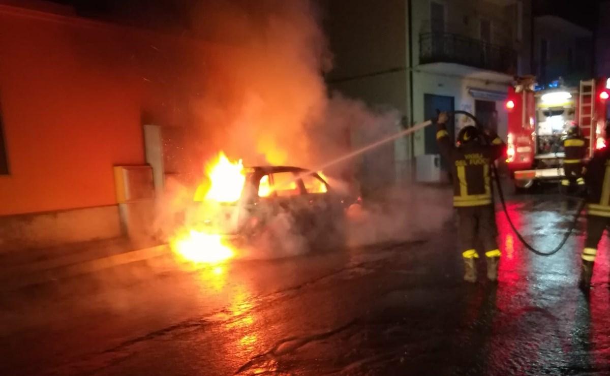 L'auto in fiamme in Via Machiavelli