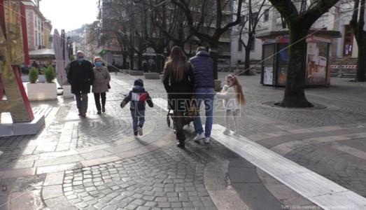 Zona arancione, a Cosenza una domenica a passeggio ma pochi acquisti: video