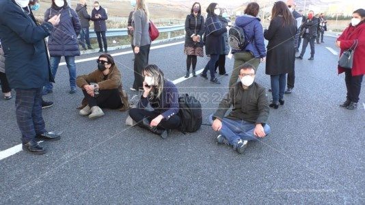 I precari storici della Regione in protesta alla Cittadella, occupata la strada
