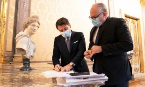 Il presidente del Consiglio Giuseppe Conte con il ministro dell'Economia, Roberto Gualtieri. Foto Ansa