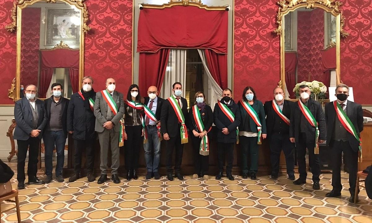 Alcuni dei sindaci durante l'incontro a Cosenza