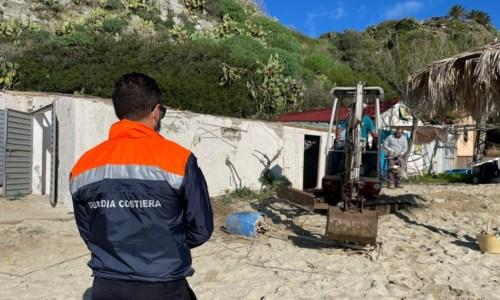 Capo Vaticano, demoliti altri due manufatti abusivi sulla spiaggia di Grotticelle