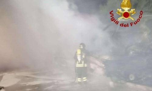 Pizzo, bisarca si incendia allo svincolo autostradale: vigili del fuoco in azione