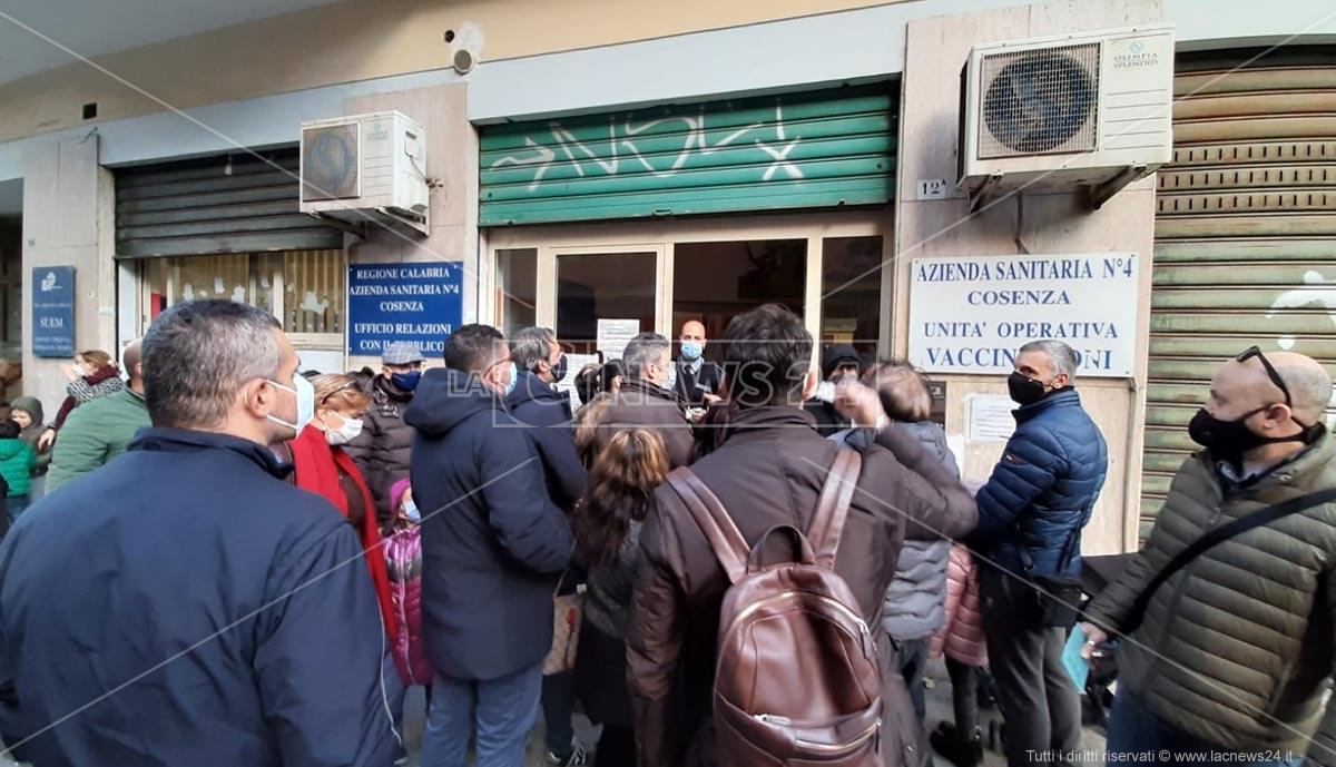 La folla davanti l'ufficio vaccinazioni