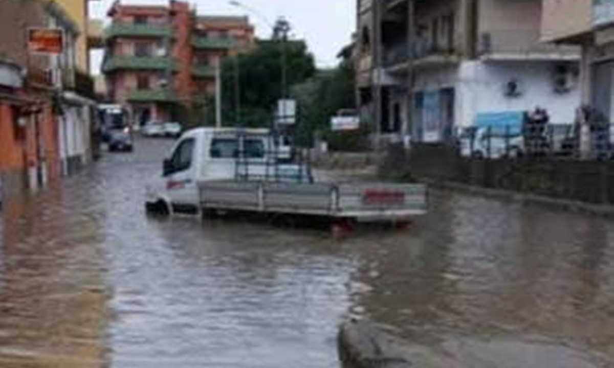 Camion sommerso dall'acqua ieri a Reggio Calabria
