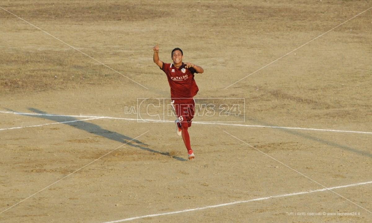 L'esultanza di Lorenzo Infusino dopo un gol
