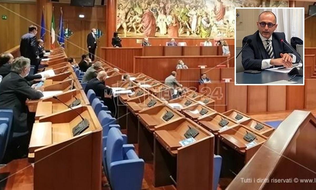 Il Consiglio regionale; nel riquadro Antonio De Caprio