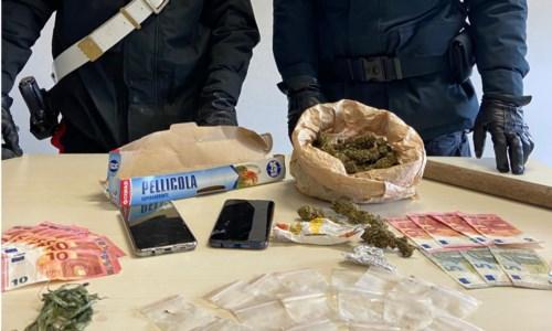 Cirò Marina, in auto con droga e un bastone: un arresto e una denuncia