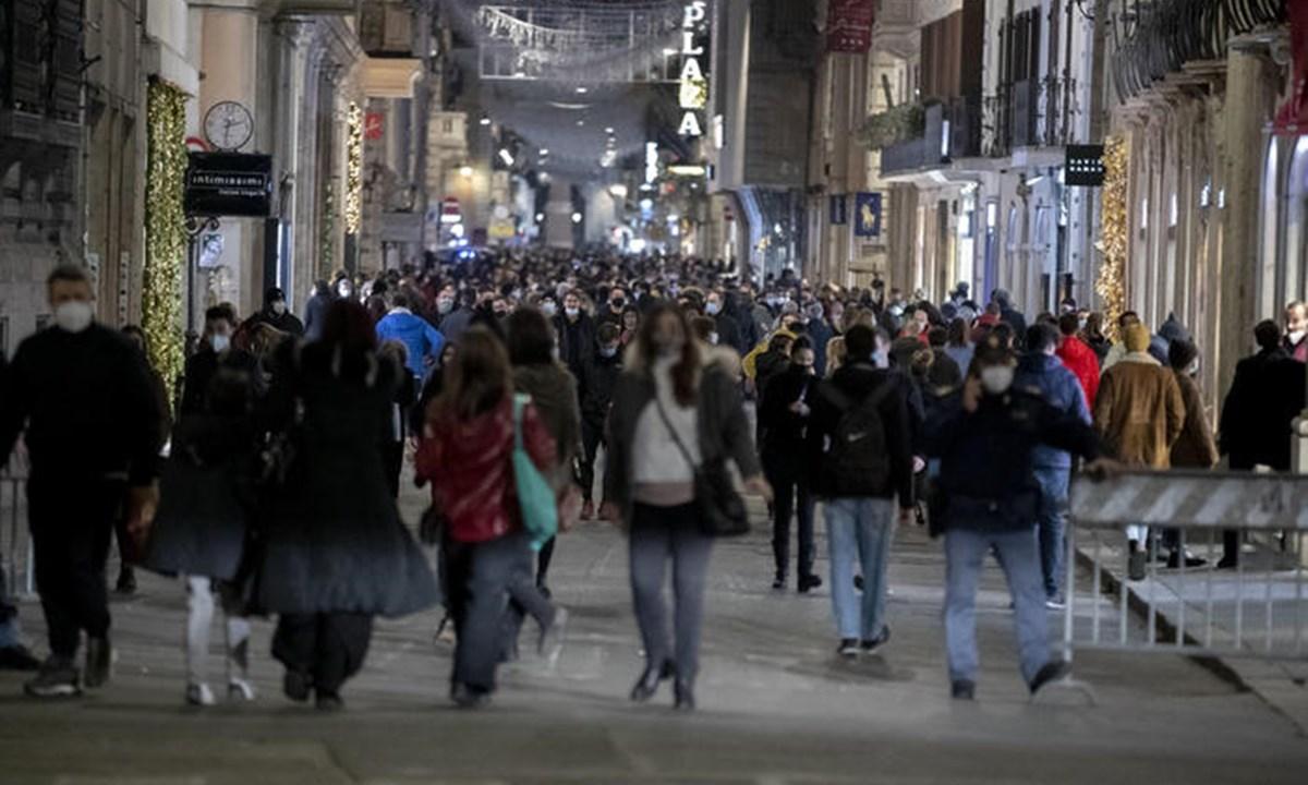 Una via del centro di Roma (Foto Ansa)