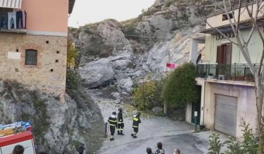Cassano allo Jonio, si stacca un costone di roccia: evacuate dieci famiglie