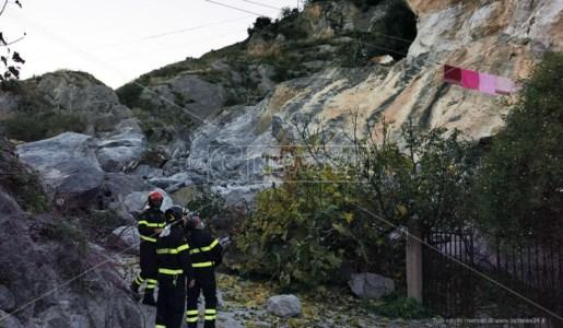 Personale dei vigili del fuoco ispezionano il costone