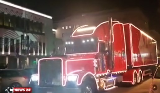 L'iconico camion Coca cola a Cosenza per donare generi alimentari ai bisognosi: video