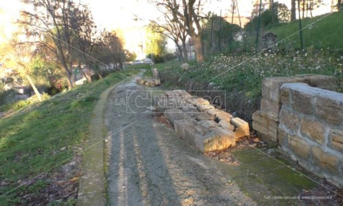 Un muretto crollato a Parco Pitagora