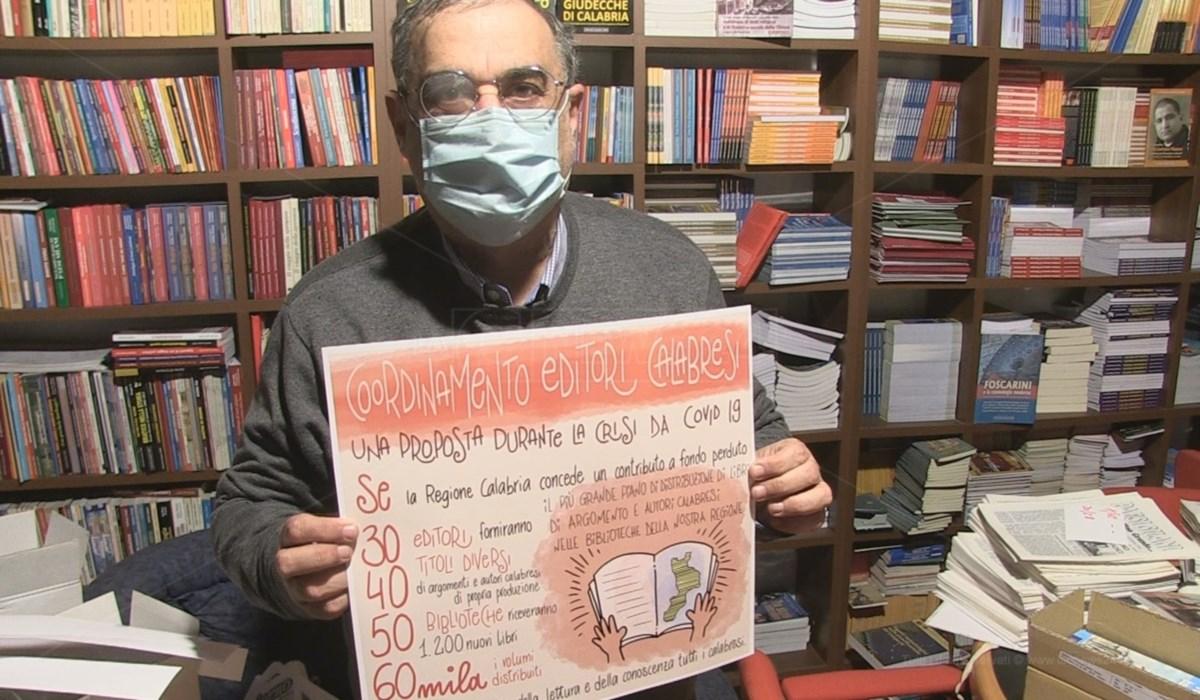 Demetrio Guzzardi con il manifesto della campagna
