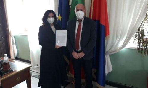 La consegna della petizione al sindaco di Crotone