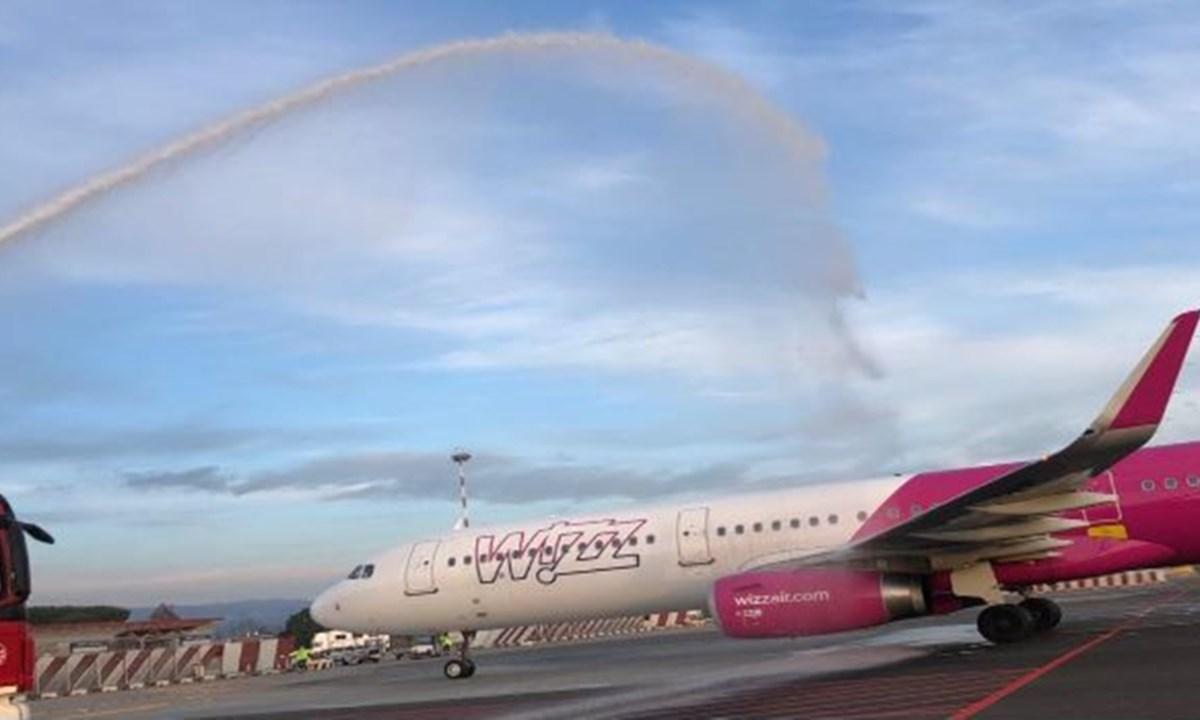 L'Airbus 321 della Wizzair durante il water cannon