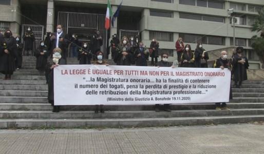 Il flash mob dei giudici onorari della provincia di Cosenza