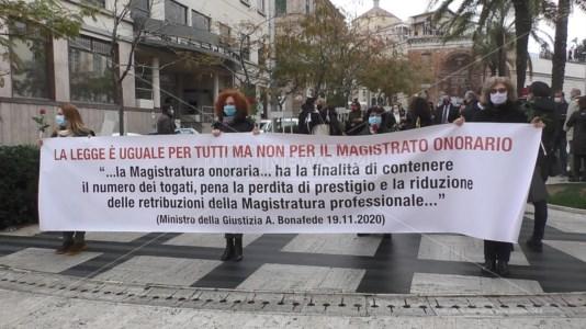 Catanzaro, la protesta dei magistrati onorari: «Noi, lavoratori in nero della giustizia»