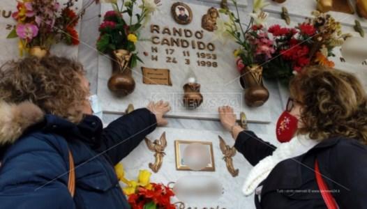 Le sorelle Randò sulla tomba del fratello Candido