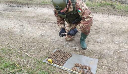 Gli artificieri con le munizioni ritrovate a Sibari